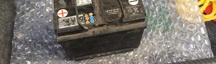 akumulator-w-bagazniku