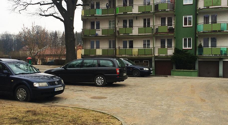 samochody-na-parkingu